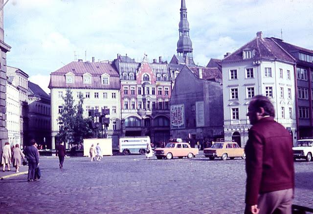 1970-е годы. Рига. Площадь 17 Июня (Домская площадь). Гербы городов-побратимов Риги.