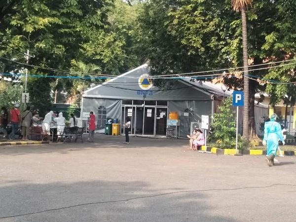 Pasien COVID-19 Membeludak, Persediaan Bed RS Lapangan Surabaya Menipis