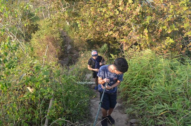 Tali pengaman di jalur pendakian Gunung Lembu yang lumayan ekstrem | JelajahSuwanto
