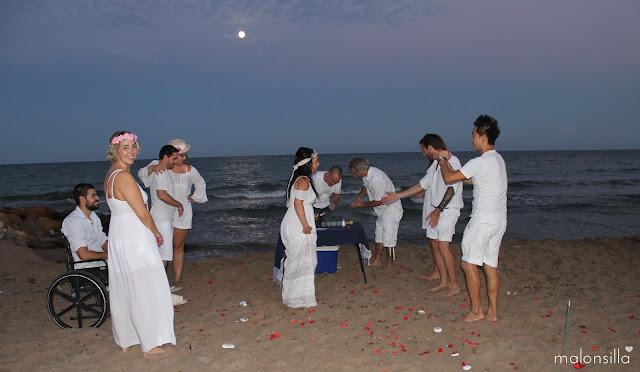 Boda en la playa ibicenca con invitadas con tocados de Malonsilla