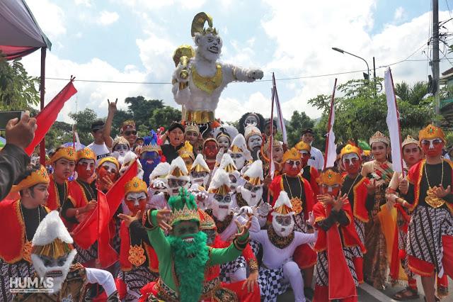 Gagrak Ampak-Ampak Ngalengko Dirojo Curi Perhatian di Trenggalek Ethnic Carnival
