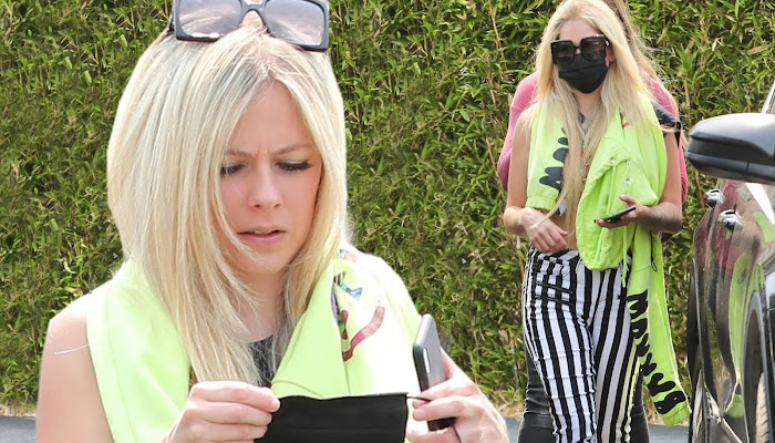Avril Lavigne se destaca en un pantalón Skinny de camino a Starbucks