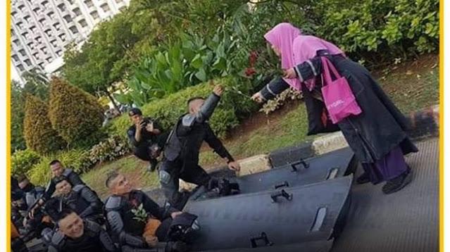 Foto Lama Ustazah Kingkin Jadi Alat Protes Kapolri Agar Membebaskannya