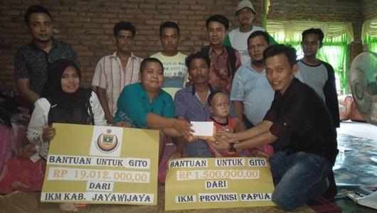Debi Serahkan Bantuan IKM Jayawijaya dan Papua untuk Algito Nanda Windra