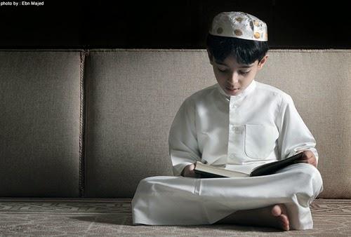foto anak laki-laki membaca alqur'an