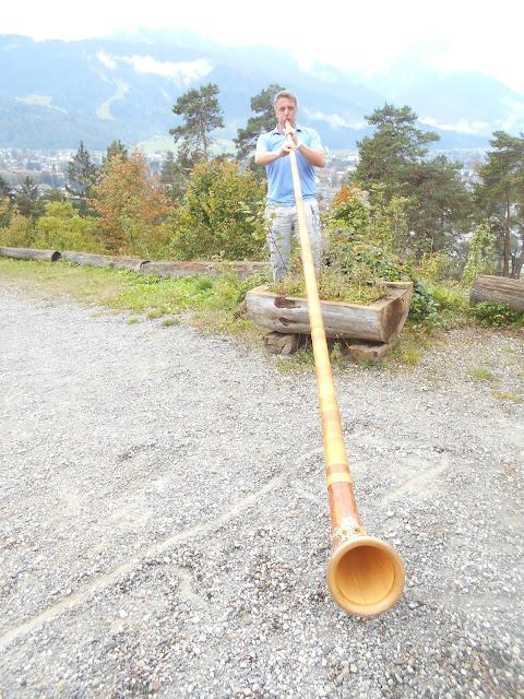 Alex beim Alpenhorn spielen