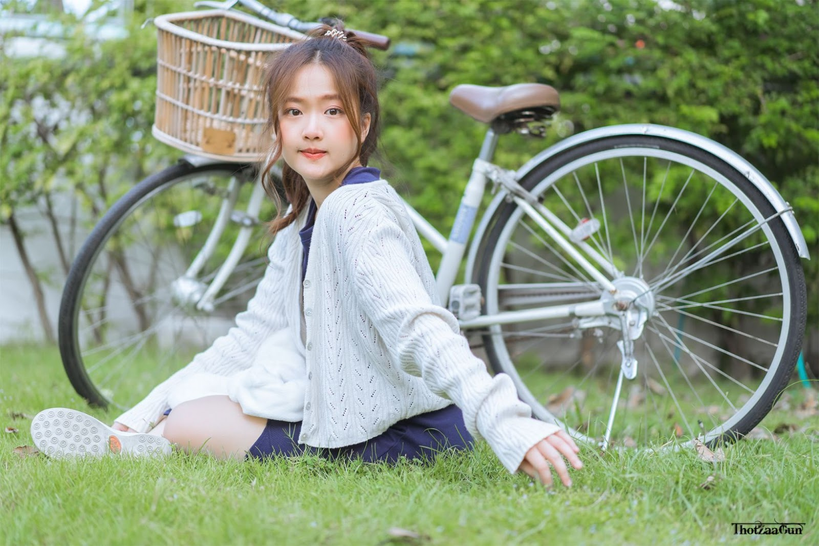 Cutest Thailand model - Kamonravee Korsampan (Aueyauey เอ๋ยเอ้ย) - How to drive a bike - TruePic.net