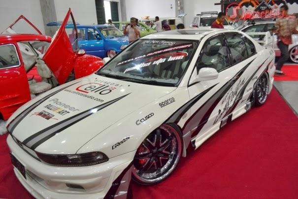 Modifikasi mobil sedan Mitsubishi Galant putih dengan tampilan yang lebih Sporty