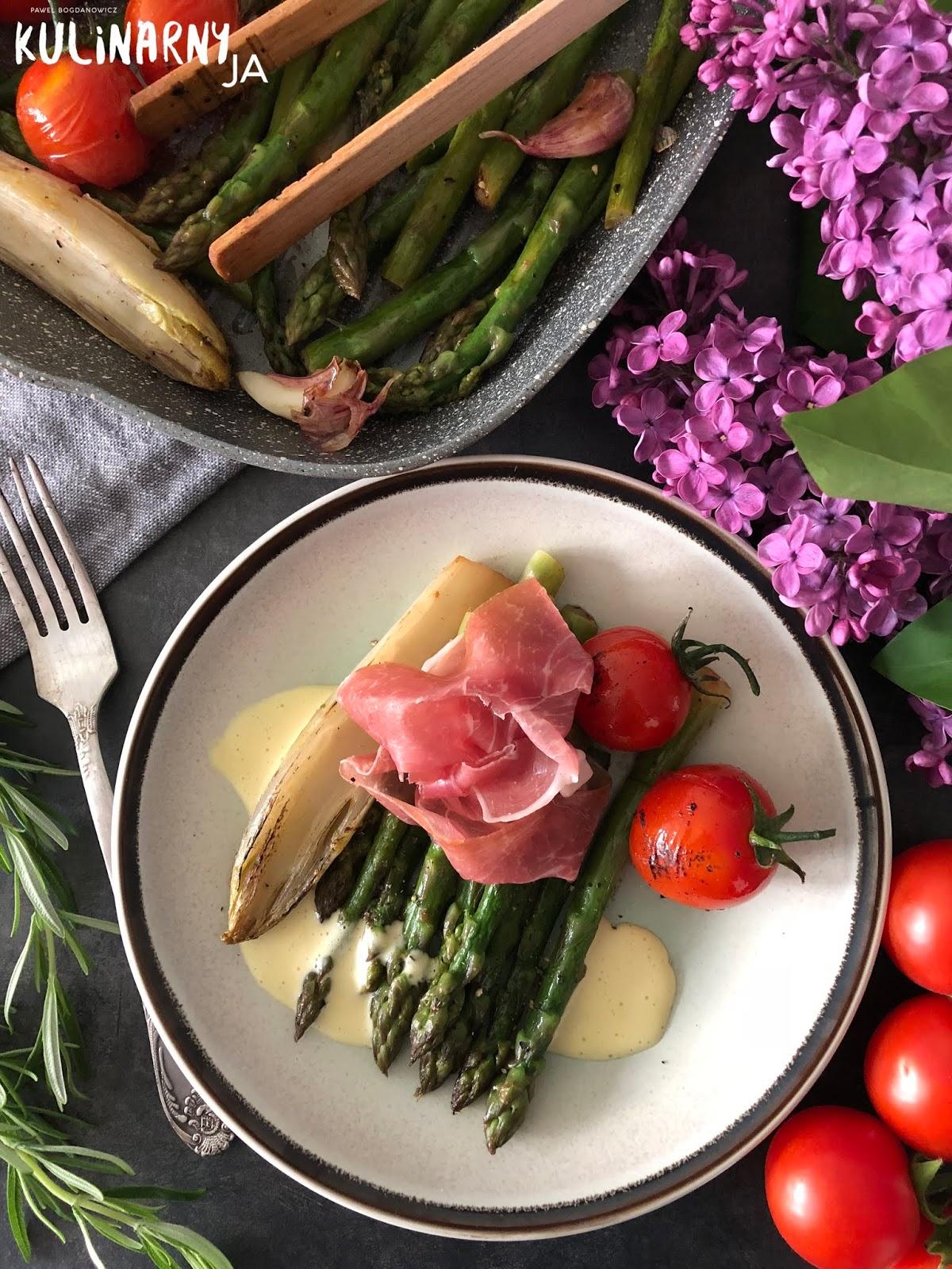 Szparagi z cykorią, szynką parmeńską i sosem holenderskim