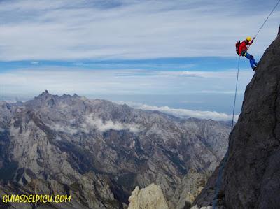 Fernando Calvo guia de alta montaña uiagm picos de europa escaladas , torrecerredo naranjo de bulnes