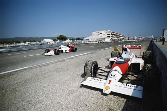 Carro de Senna parado ao lado dos boxes na GP de 1989 na França