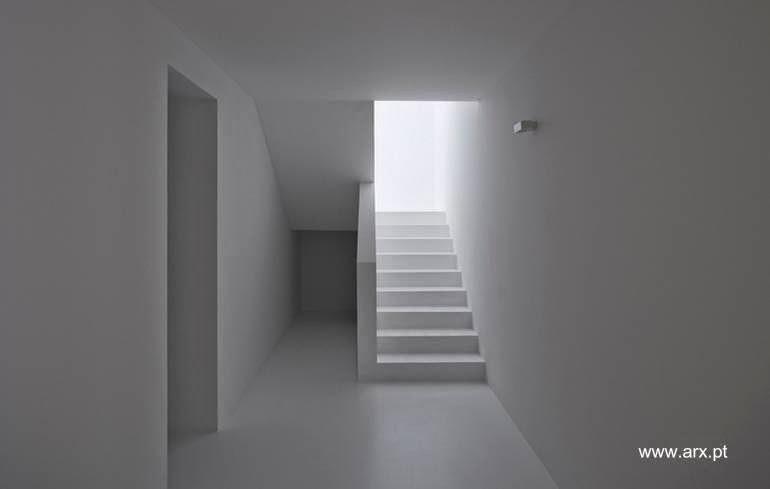 Interior de una residencia minimalista extensa en Algarve, Portugal