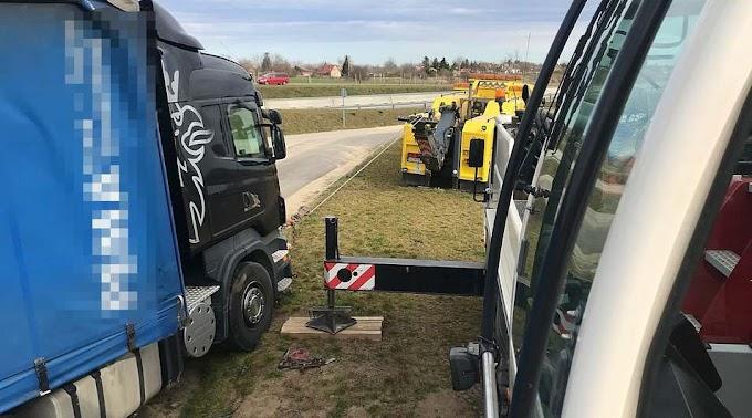 Húsz tonna műtrágyával borult oldalára egy kamion Kecskemétnél