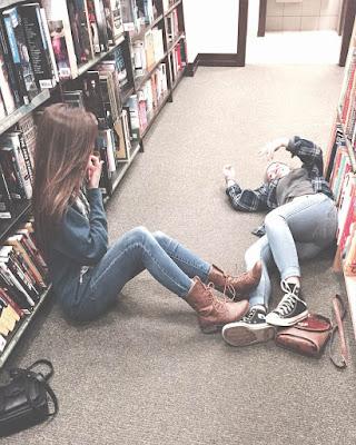 poses para fotos de amigas biblioteca tumblr casual