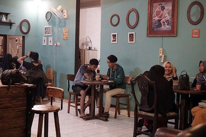 Keramaian pengunjung di kedai kopi Blackbean Coffee House and Roastery Jepara