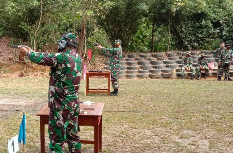 Danrem 033/WP Brigjen TNI Harnoto Dampingi Pangkogabwilhan I  Latihan Menembak Pistol Eksekutif