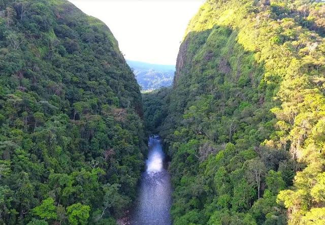 río fraguita en medio de dos montañas