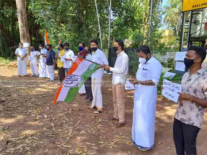 Kasaragod, Kerala, News, Bribery from relief fund: Congress activists protests.