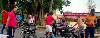 दो बाइक की टक्कर में युवक की हुई मौत, तीन घायल | #NayaSaberaNetwork
