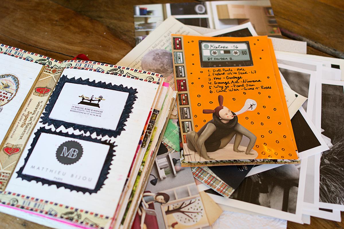 Dekorerat papper med kassettband och låtlista.
