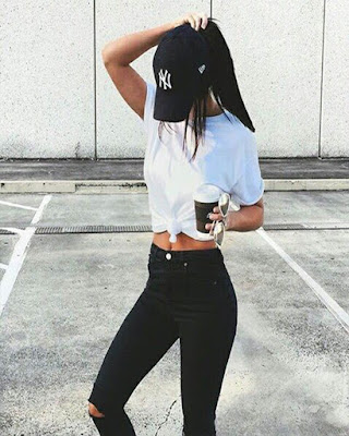 outfit blanco y negro casual con gorra