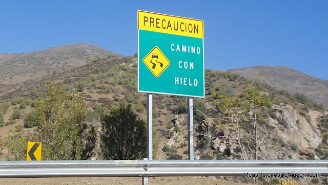 Placas de sinalização na estrada para o Valle Nevado