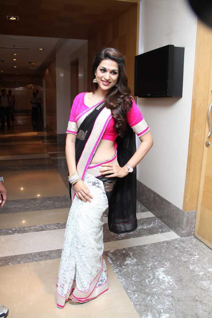 Telugu Girl Shraddha Das Hip Show Stills In Traditional Black Saree