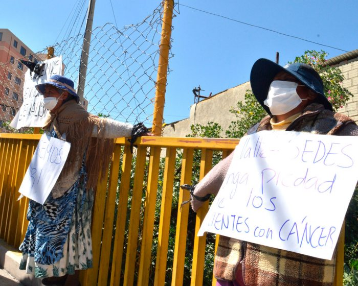 Mujeres con cáncer se crucificaron el lunes en el Puente de Las Américas / EL DIARIO