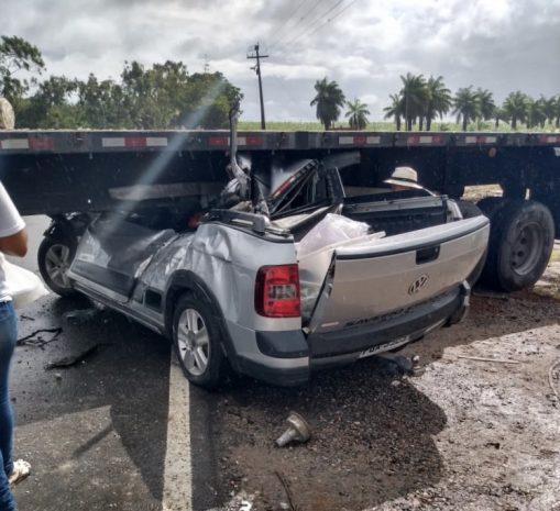 Carro fica embaixo de Carreta após grave Acidente que deixou Feridos em Caaporã