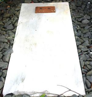 Imagen actual de la tumba de Rosario de Acuña en el cementerio civil de Gijón (archivo del autor)