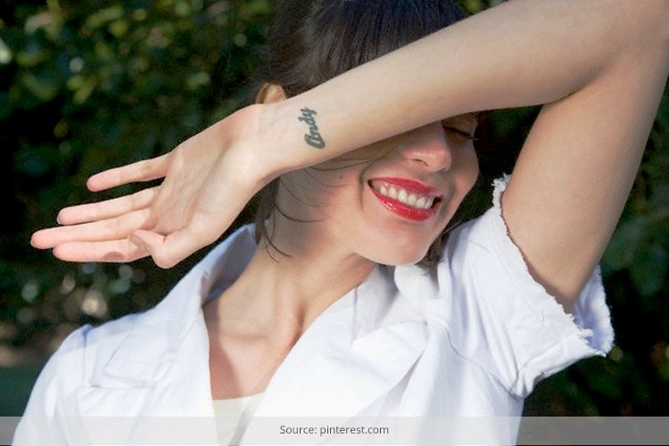 Una preciosa modelo tatuada sonriente