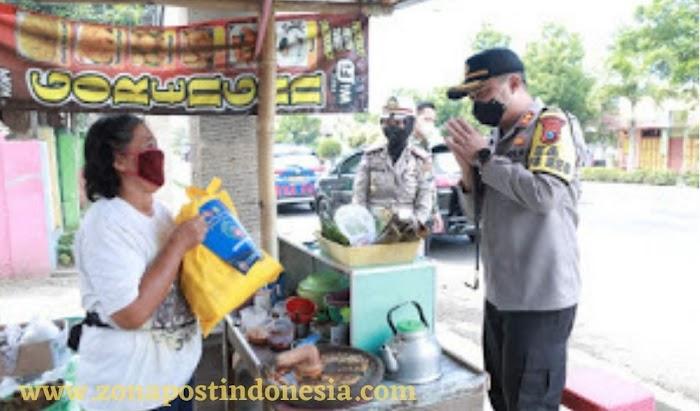 Kapolres Situbondo, Blusukan Membagikan 100 Paket Sembako Kepada Warga Yang Membutuhkan