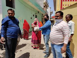 कोरोना संक्रमण के चलते  कोरोना हेल्प टीम  लगातार गरीब परिवारों की कर रही सहायता   Corona Help Team Continually Supporting Poor Families Due To Corona Infection