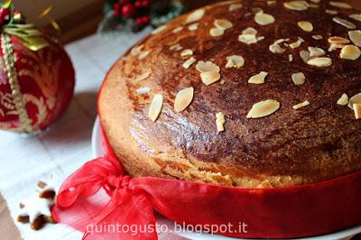 Un grande lievitato molto particolare e amato della cucina greca. Tsoureki, morbido, profumato pan brioche in versione di Vassilopita per Capodanno.