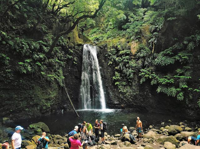La gente espera para bañarse y tomar fotos en el Salto do Prego (Azores)