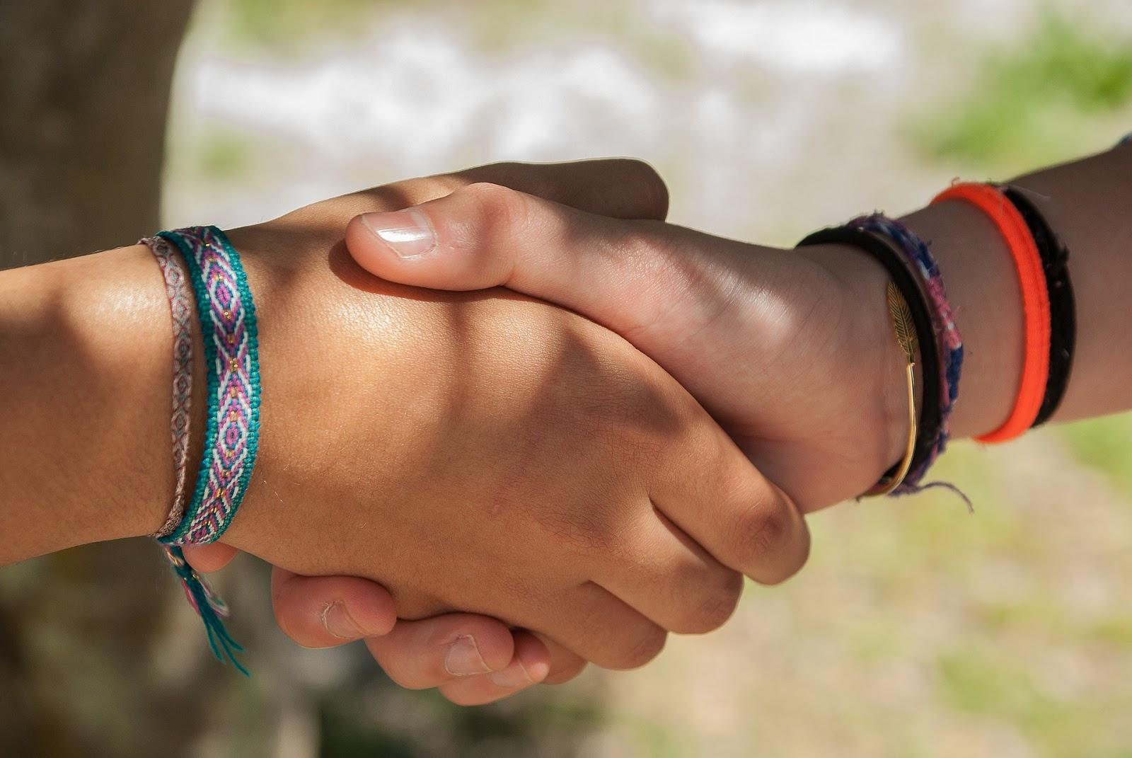 木漏れ日の中で握り合った二つの手