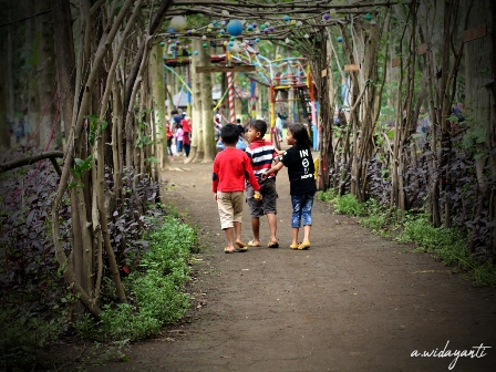 Anak-anak Sedang Bermain di Jati Park