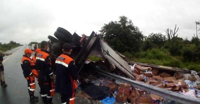 Motorista morre após caminhão tombar na BR-324, em Riachão do Jacuípe