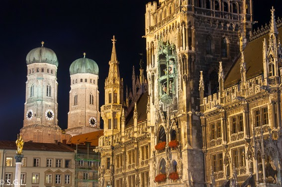 Vista nocturna de la catedral de Munich y el ayuntamiento