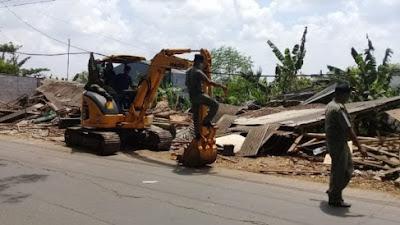 Satpol PP Bongkar Bangli Jalan Raya Cadas