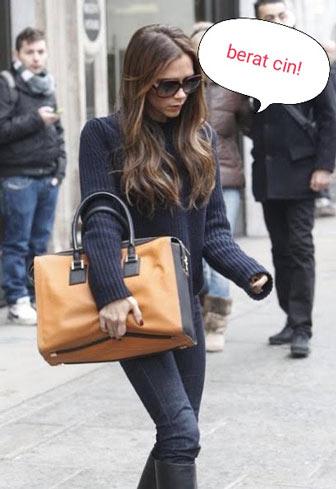 wanita dengan beban tas terlalu berat