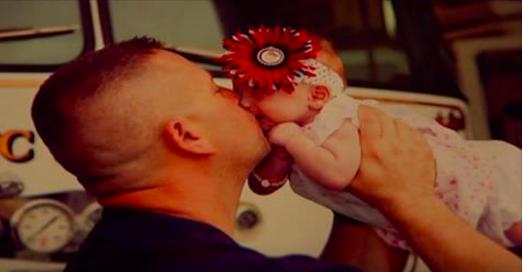 Ce bébé vient au monde avec l'aide d'un pompier. Puis sa mère l'abandonne. Ce que fait le pompier ensuite va vous donner les larmes aux yeux.