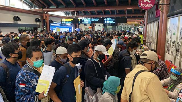 Penumpukkan di Bandara Soekarno-Hatta Akibat Sistem Layanan Transportasi Dilonggarkan