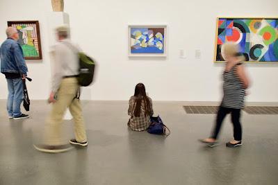 10 REGOLE PER PRESENTARSI AD UNA GALLERIA D'ARTE - BLOG ARTISTAH24 - gente che visita una mostra