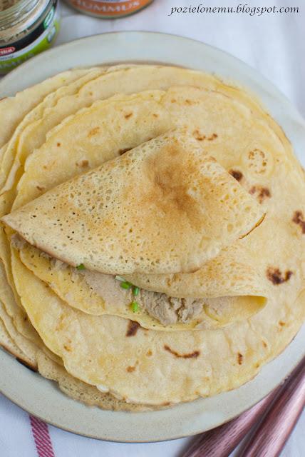 Naleśniki z mąki z ciecierzycy z hummusem