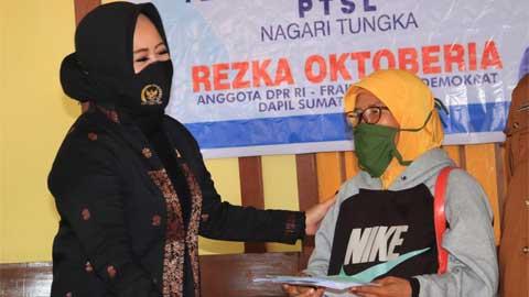 Rezka Oktoberia Serahkan Sertifikat PTSL di Nagari Situjuah Tungka