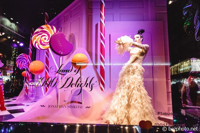 christmas window display new york saks fifth avenue