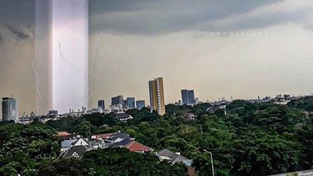 Viral Cahaya Tegak Lurus Berwarna Ungu Muncul di Langit Jakarta Selatan