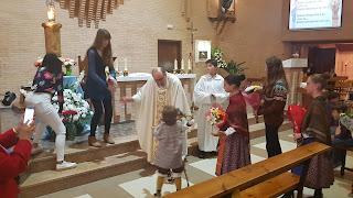 Ofrenda de flores a la Virgen del Pilar en la misa de 11:30