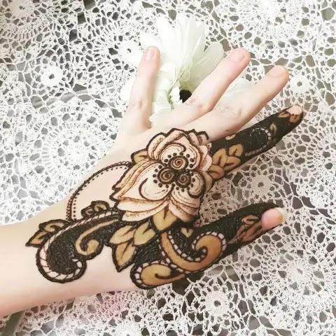 finger-mehndi-design-made-with-rose